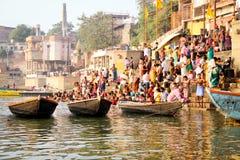 VARANASI, INDIA - OKTOBER 23: De Hindoese mensen nemen een bad in ri Stock Afbeelding