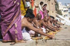 VARANASI INDIA, STYCZEŃ, - 25, 2017: Ranku widok święci ghats o zdjęcia stock