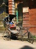 Varanasi, India: vecchio risciò parcheggiato immagine stock