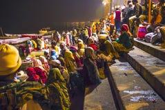 Folk i natten i Varanasi i religiös tvagningceremoni Arkivbilder