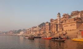 VARANASI, INDIEN - Januar, 26, 2013: Heilige Stadt von Varanasi Stockfotos