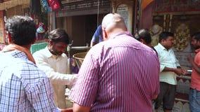 Varanasi Indien, Januari 10, 2019 - indiska gatamatförsäljare lagar mat traditionella och läckra foods för mellanmålet, längd i f stock video