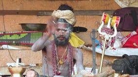 Varanasi, Indien, am 10. März 2019 - Sadhu oder heiliger Mann, die an Aufklärung, Video der Gesamtlänge 4k schauen und denken stock video