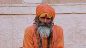 Varanasi, Indien, am 10. M?rz 2019 - Sadhu oder heiliger Mann, die an Aufkl?rung, Video der Gesamtl?nge 4k schauen und denken stock video