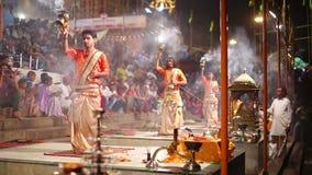 VARANASI INDIEN - MAJ 2013: Natt som ber ceremoni, Ganges River arkivfilmer