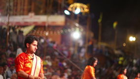 VARANASI INDIEN - MAJ 2013: Natt som ber ceremoni, Ganges River lager videofilmer