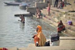 Varanasi, Indien, am 26. November 2017: Ein Mann, der nahe Gange-Fluss betet stockfotografie