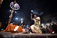 Varanasi, Indien, am 25. November 2017: Ganga-aarti Zeremonie lizenzfreie stockfotografie