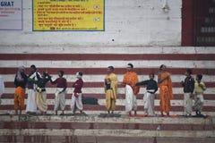 Varanasi Indien, November 26, 2017: Unga pojkar som har religiös ritual arkivbild