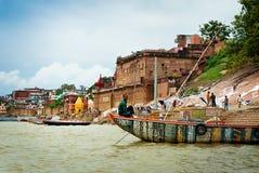 VARANASI, INDIEN - 1. OKTOBER: Authentischer Schiffer auf dem Fluss der Ganges O Lizenzfreie Stockbilder