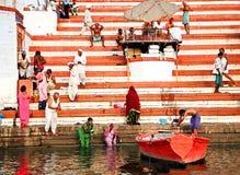 Varanasi, Indien - Oktober, 20,2014: Boot in dem Fluss der Ganges nahe heiligen ghats mit Leuten in Varanasi, Indien Stockfotos