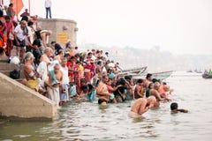 VARANASI INDIEN - OKTOBER 23: Det hinduiska folket tar ett bad i rien Royaltyfria Foton