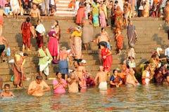 VARANASI INDIEN - OKTOBER 23: Det hinduiska folket tar ett bad i rien Fotografering för Bildbyråer