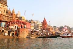 VARANASI INDIEN - OKTOBER 23: Det hinduiska folket tar ett bad i rien Arkivbild