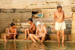 VARANASI INDIEN - OKTOBER 23: Det hinduiska folket tar ett bad i rien Royaltyfria Bilder