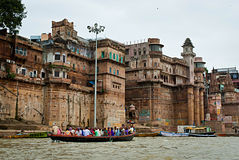 VARANASI INDIEN - OKTOBER 1: Hinduiskt folk i ett fartyg nära Ghat på Arkivfoto