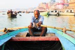 VARANASI, INDIEN - 23. OKTOBER 2014: Mannpaddelangestellter bei Gange Lizenzfreie Stockbilder