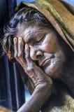 Varanasi Indien, septemper 16, 2010: Gammal indisk kvinna som vilar honom Royaltyfria Bilder