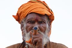 VARANASI, INIDA - 19 DE MARZO DE 2018: sadhu que fuma Foto de archivo libre de regalías
