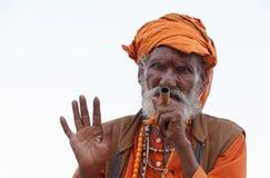 VARANASI, INIDA - 19 DE MARZO DE 2018: sadhu que fuma en Varanasi, la India Fotos de archivo libres de regalías