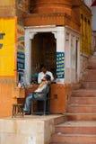 Economía de subterráneo de Varanasi del afeitado del peluquero de la calle Foto de archivo libre de regalías