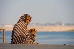 Vieja señora de muerte Hospice Care el río Ganges Varanasi Imágenes de archivo libres de regalías