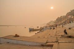 VARANASI, la INDIA 16 de enero Río Ganges en la India imágenes de archivo libres de regalías
