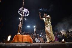 Varanasi, la India, el 25 de noviembre de 2017: Ceremonia del aarti de Ganga imagen de archivo