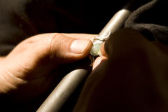 VARANASI, LA INDIA - PUEDA: Joyero Making Jewelry Trabajo hecho a mano 15 de mayo, imagen de archivo