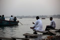 Varanasi. MP114: Tourists sit on the bank of River Ganges or Ganga at Varanasi, Uttar Pradesh, India Stock Photo