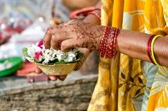 Varanasi, preparando ofertas de la mañana Imagen de archivo