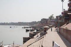 Varanasi que les ghats du Gange regardent Photographie stock libre de droits