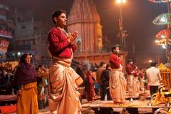 VARANASI: Sacerdotes indios jovenes  Foto de archivo