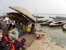 Varanasi, Uttar Pradesh die, India - November 1, 2009 Mensen in de schaduwen dichtbij ghats zitten Royalty-vrije Stock Foto