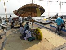 Varanasi, Uttar Pradesh die, India - November 1, 2009 Mensen op de schaduwen dichtbij ghats zitten Stock Foto