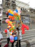 Varanasi, Uttar Pradesh, India - November 2, de ballonverkoper van 2009 A met kleurrijke ballons Royalty-vrije Stock Afbeeldingen