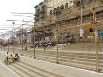 Varanasi, Uttar Pradesh, India - November 1, 2009 Gebouwen dichtbij ghats met stappen Royalty-vrije Stock Foto