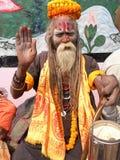 Varanasi Uttar Pradesh, Indien - November 2, 2009 hinduisk helig Sadhu Sanyasi välsignelse Royaltyfri Fotografi