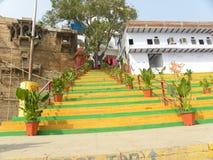 Varanasi Uttar Pradesh, Indien - November kliver gul och grön färg för 1, för 2009 som leder till templet Royaltyfria Bilder