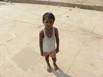 Varanasi Uttar Pradesh, Indien - November 2, 2009 ung pojke för A på ghatsna av Varanasi Fotografering för Bildbyråer