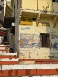 Varanasi, Uttar Pradesh, Indien - November 3, 2009 vita färgrika moment för apelsin och på Mir Ghat Royaltyfri Fotografi