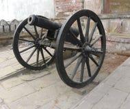 Varanasi, Uttar Pradesh, la India - 1 de noviembre de 2009 cañón negro antiguo del color con las ruedas Fotos de archivo libres de regalías