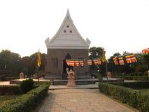 Varanasi, Uttar Pradesh, la India - 1 de noviembre de 2009 templo de Wat Thai Buddhist imagen de archivo