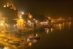 Varanasidie Treppen, die unten zu den Ganges führen lizenzfreie stockfotografie