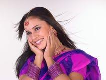 varar fräck mot flickan hands henne som är indisk Royaltyfri Bild