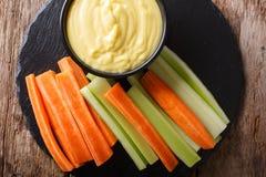 Varas da cenoura e de aipo com mergulho cremoso do queijo em um close-up H Fotografia de Stock Royalty Free