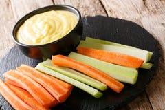 Varas da cenoura e de aipo com mergulho cremoso do queijo em um close-up H Foto de Stock Royalty Free