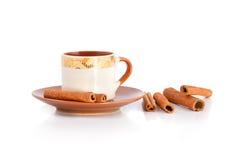 Varas da xícara de café e de canela isoladas no fundo branco Fotografia de Stock