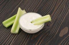 Varas de aipo com close up do creme de leite Imagem de Stock