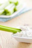 Varas de aipo verdes com mergulho saboroso Fotos de Stock